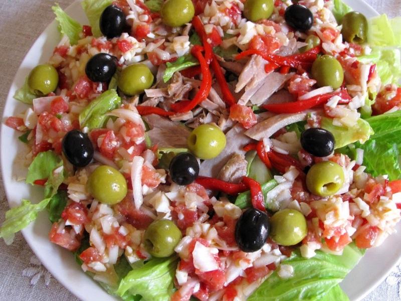 tomate, atún, cebolla, olivas y huevo duro