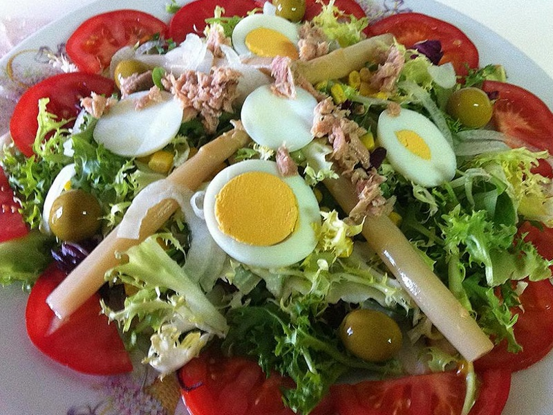 lechuga variada, maíz, huevo duro, tomate, atún