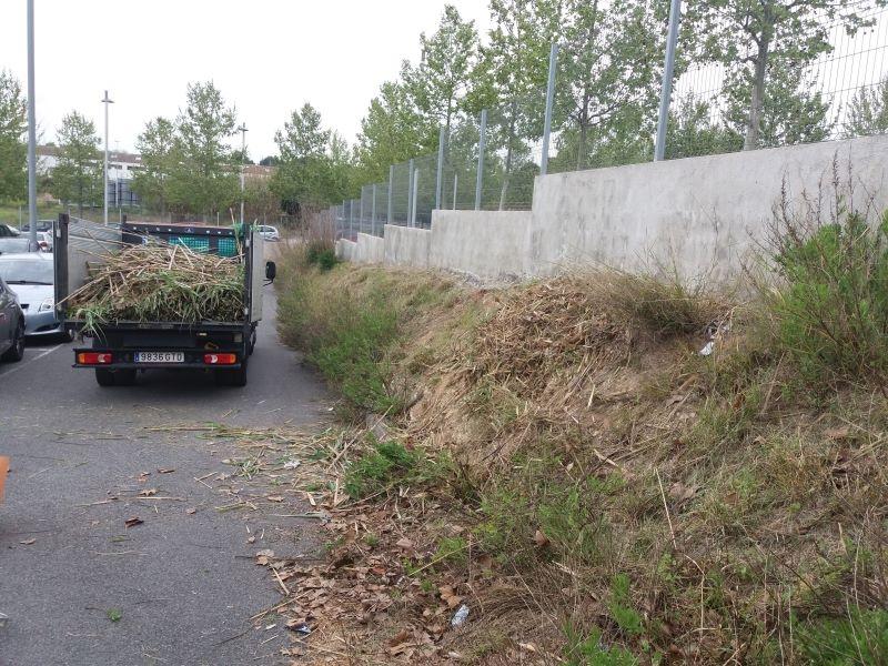 Limpieza hierba de parquing, en Tarragona