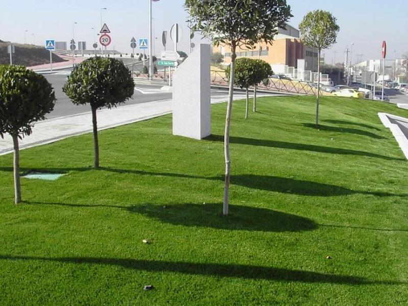 Espacio público con césped artificial en Reus