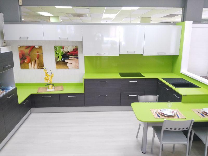 Exposici n muebles de cocina y complementos en reus for Mobiliario banos diseno
