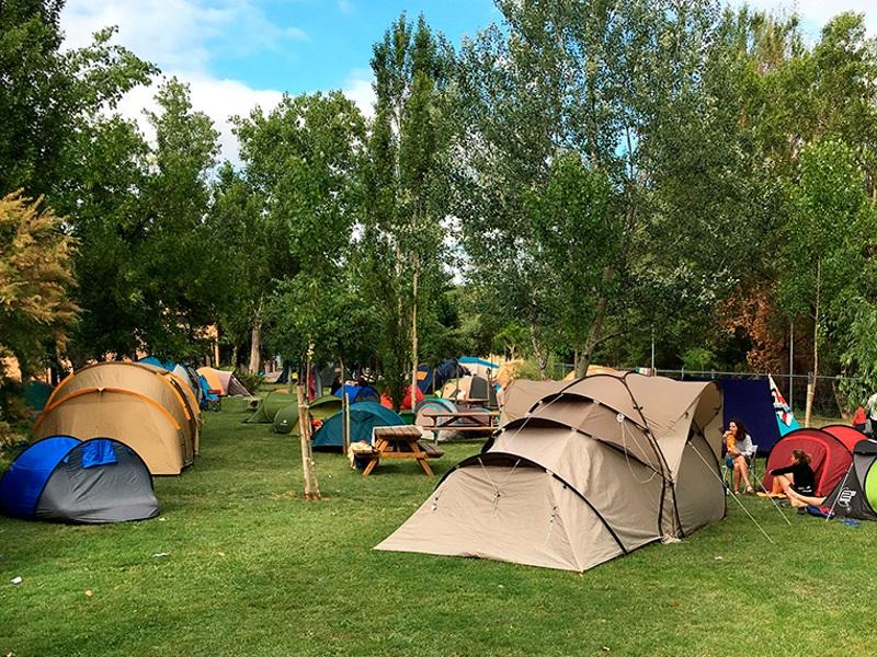 Camping Zona con Césped Artificial