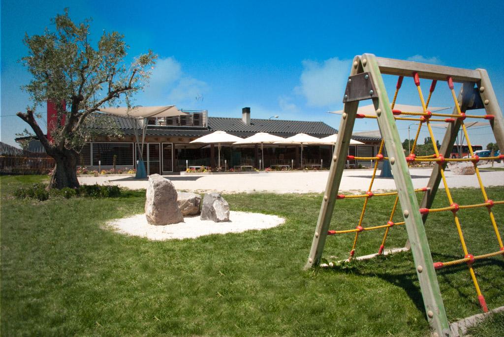 Zona verde para niños con Césped artificial